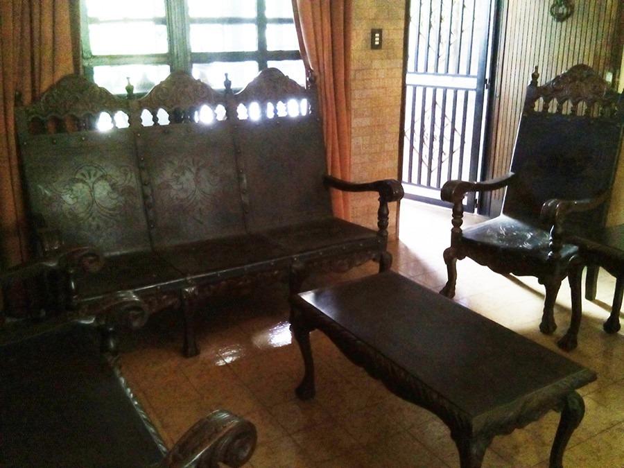 Juego de sala en madera tallada y cuero estilo colonial for Juego de sala en cuero