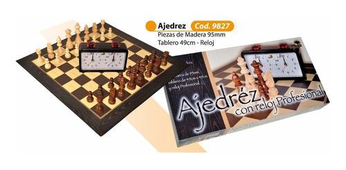 juego madera con reloj de ajedrez y tablero de carton
