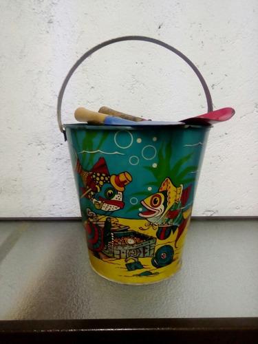 juguete antiguo ,cubeta para playa hecho de lamina años 50s