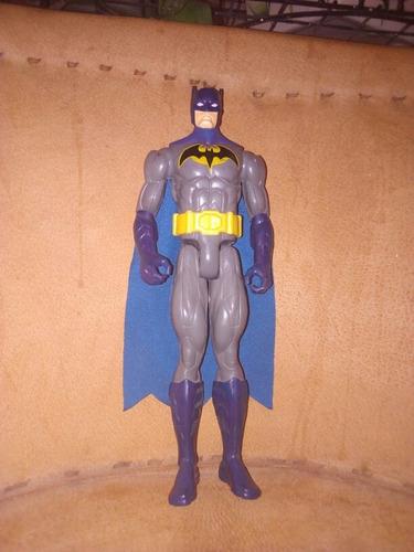 juguete de batman con capa azul