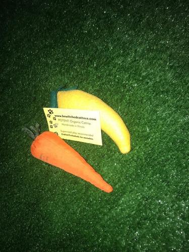 juguete de gato (zanahoria y fruto amarillo)