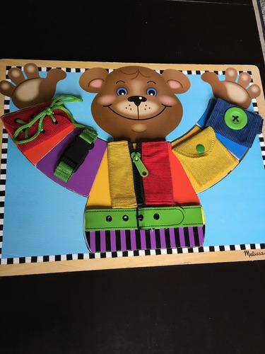 juguete didáctico oso con ropa en madera