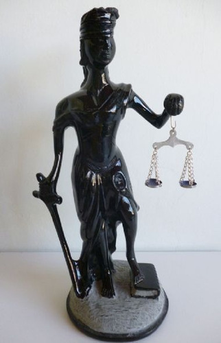 justiça cega em pedra