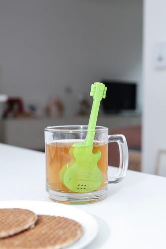 kikkerland cocina infusor de té silicón diseño   guitarra