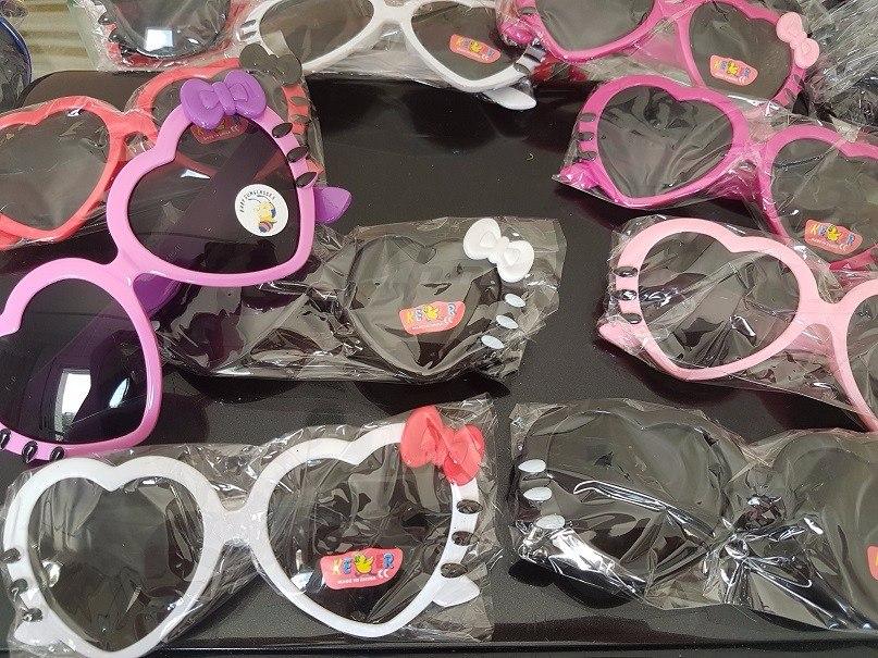 babfadddaec56 kit 15 óculos infantil sol modelo coração com laço atacado. Carregando zoom.