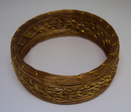 kit com 10 pulseiras sortidas em capim dourado