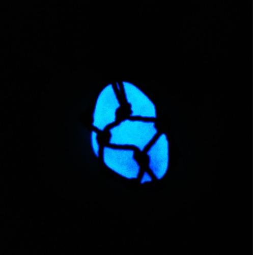kit com 2 colares e 2 chaveiro de pedra que brilha no escuro