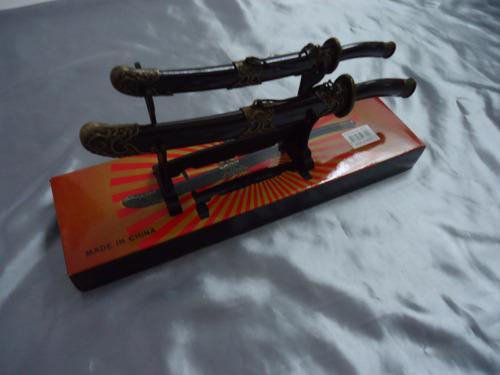 kit com 2 mini katanas com suporte lindas 27 e 21 cm samurai