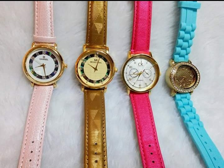 2e8b6b97f02 Kit Com 4 Relógio Feminino +pulseira Atacado Bijuterias - R  72
