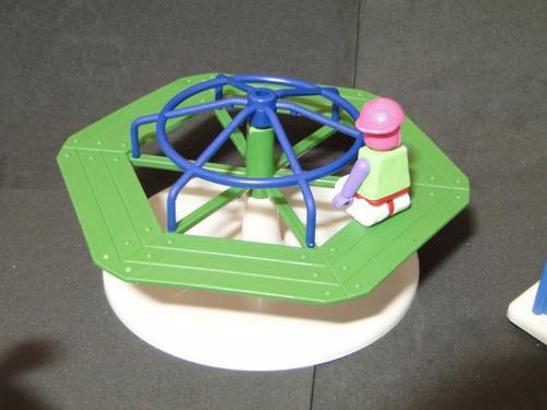 kit escorregador balanço gangorra carrossel com 04 bonecos
