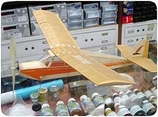 kit para montar do aeromodelo colegial movido à elástico