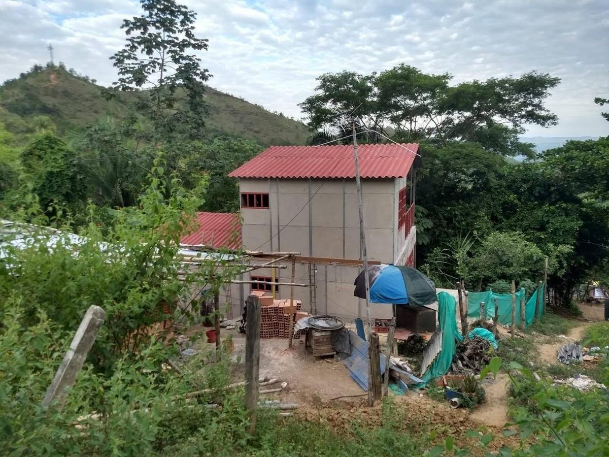 la casa consta de de alcobas, baño, cocina y sala comedor