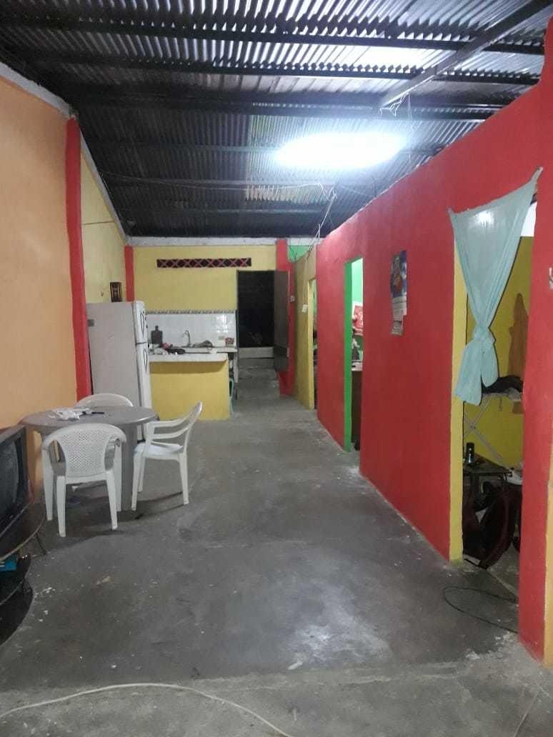 la casa cuenta con 3 habitaciones, sala, cocina, meson etc.