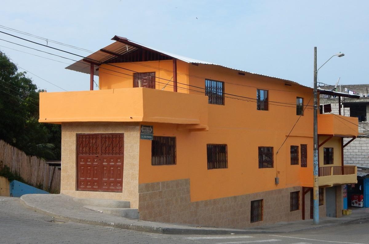 la casa que esta de venta tiene 3 pisos con un local come