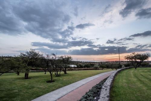 la vista residencial, privada con alberca