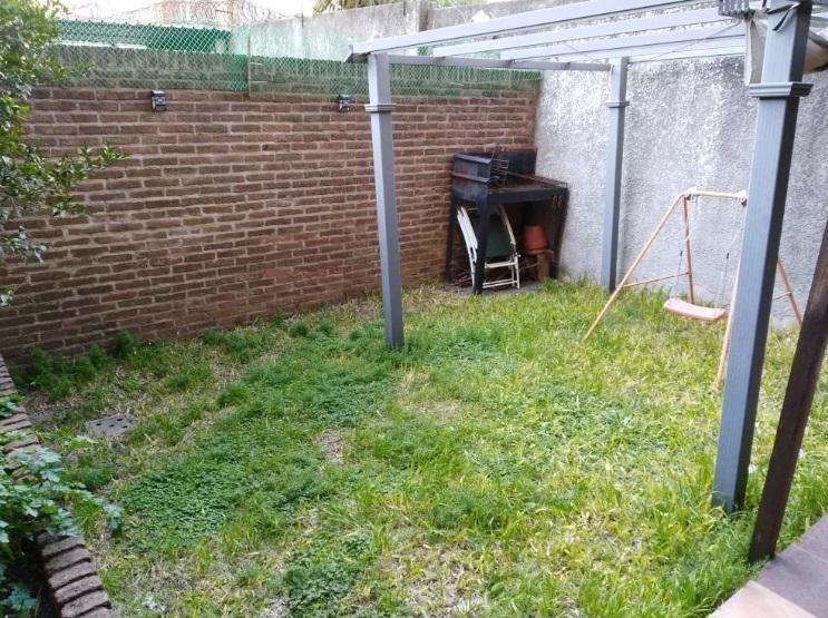 l.a.de herrera. hermosa planta baja con patio y jardín.