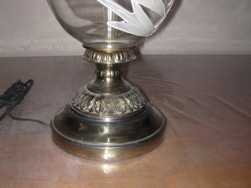 lampara antigua de cristal, su tamaño lo dice todo