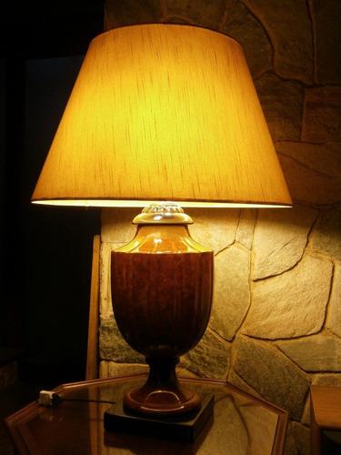lampara con base de caramica y pantalla de tela.
