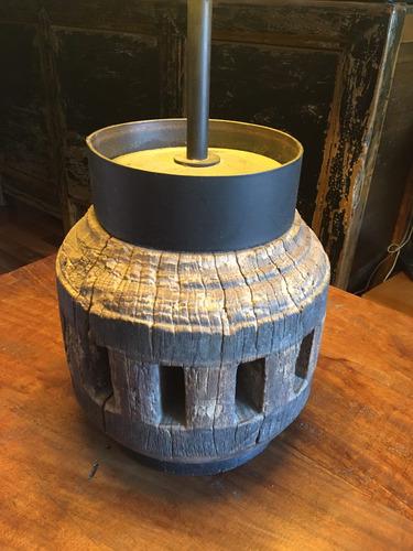 lampara de masa de carreta original de madera y hierro