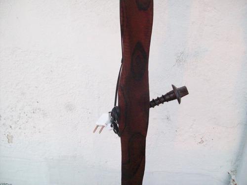 lampara de pie de madera y hierro con pantalla
