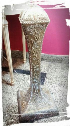 lámpara de pie en bronce y cobre repujado