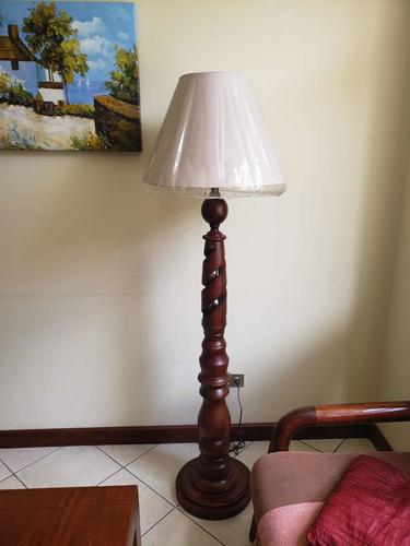 lámpara de pie importada en madera de cenizaro , como nueva