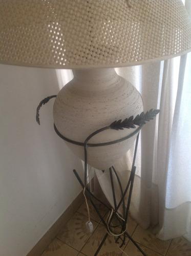 lámpara de pie moderna con adornos metálicos minimalista