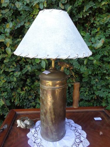 lámpara hecha con un matafuego de bronce