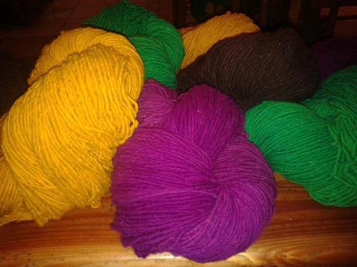 lana de oveja teñida y cruda.