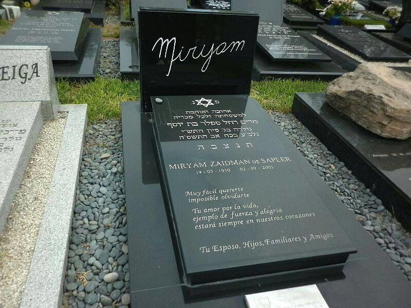 L pida en granito negro letras en dorado pide cotizar for Lapidas de marmol