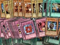 lata con 500 cartas yugioh originales en buen estado