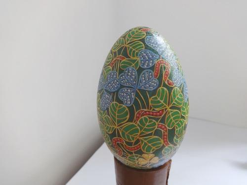lata metal verde forma de ovo presente romântico frança