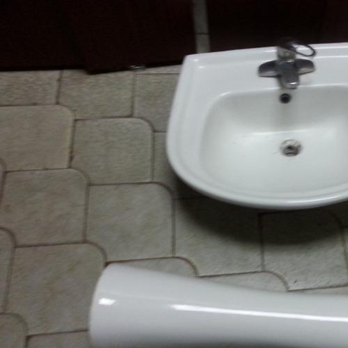 lavamanos con llave, canillas y pedestal blanco