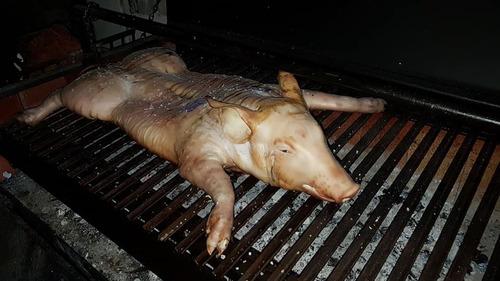 lechon al horno parrilla. cerdo asado. catering domicilio