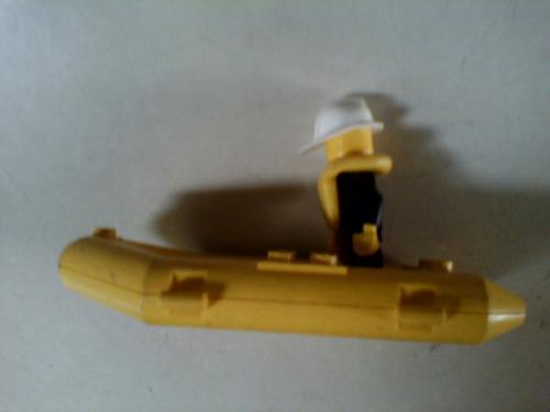 lego muñeco con salvavidas y bote inflable