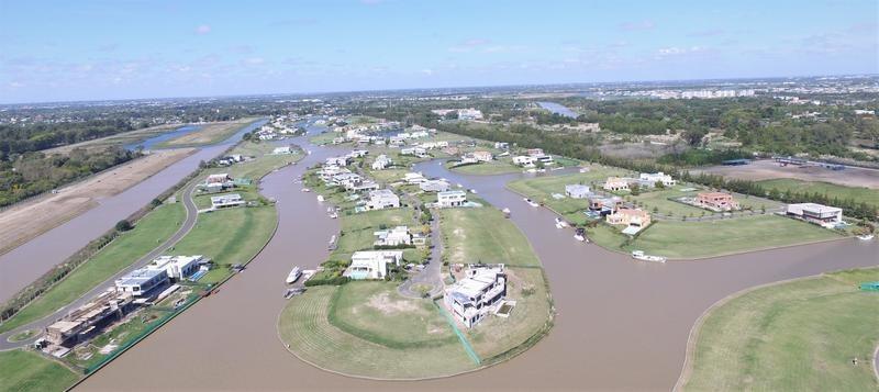 lencke vende - muy buen lote al rio con amarra, vista a lo largo de uno de los canales.