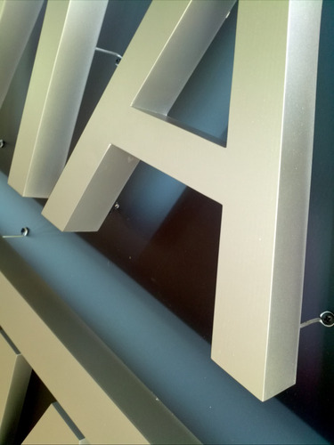 letras corpóreas en acero inoxidable y metal pintado.