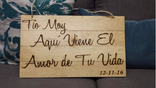 letrero de madera con pirograbado     aqui viene la novia