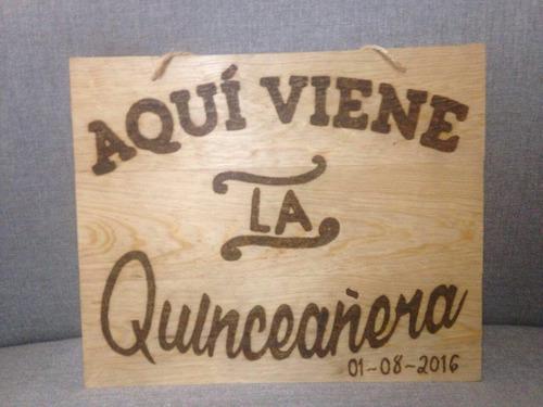 letrero de madera con pirograbado aqui viene la quinceañera