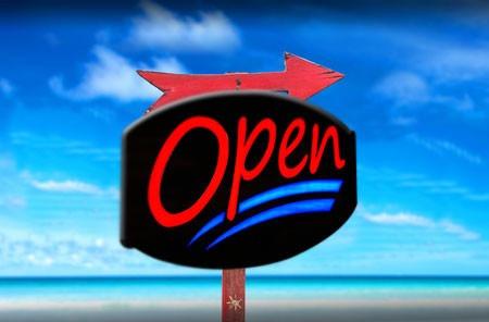 letrero neon hyperluminoso  open  con un estilo vintage wow.