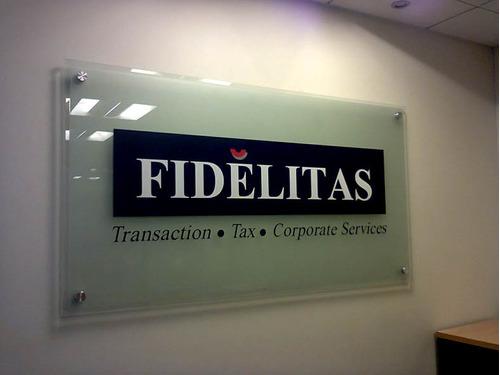 letreros en vidrio corporativos y diseño gráfico logo