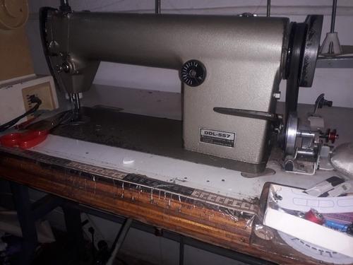 librería con mostradores y máquinas de coser