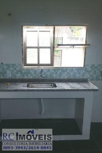 linda casa com 1 quartos, cozinha, sala e banheiro e garagem