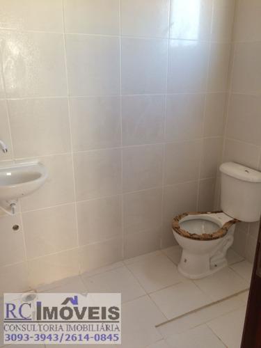 linda casa com 2 quartos, cozinha, sala e banheiro e quintal