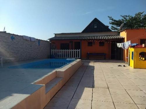 linda casa com piscina, 2 quartos sendo suíte, terreno 250m²