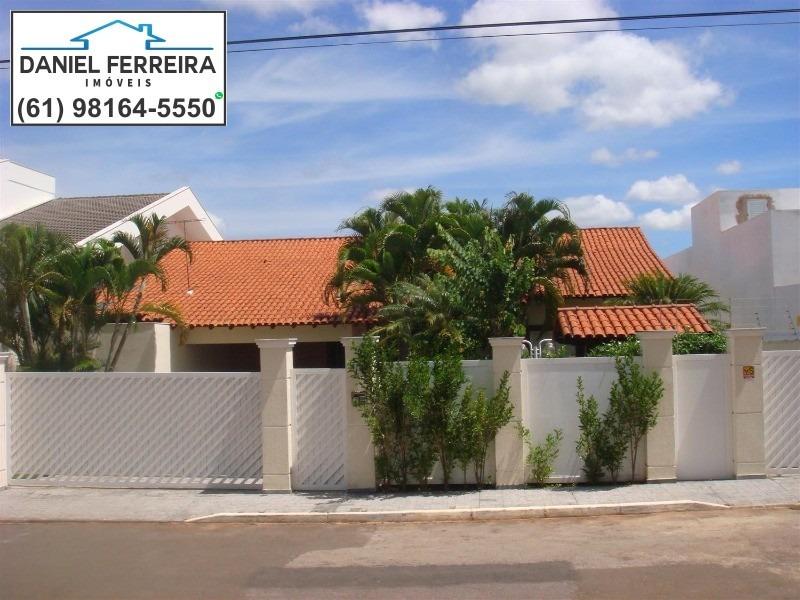 linda casa na ql 28 - lago sul: 5 quartos, sendo 3 suítes + dce com 2 quartos + home office - 600m² de área construída. - ca00023 - 32108379