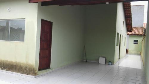 linda casa nova, 3 dorm, lado praia, negocia, visite!