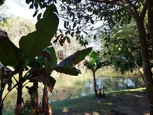 linda chácara bem localizada c piscina, churrasqueira e lago