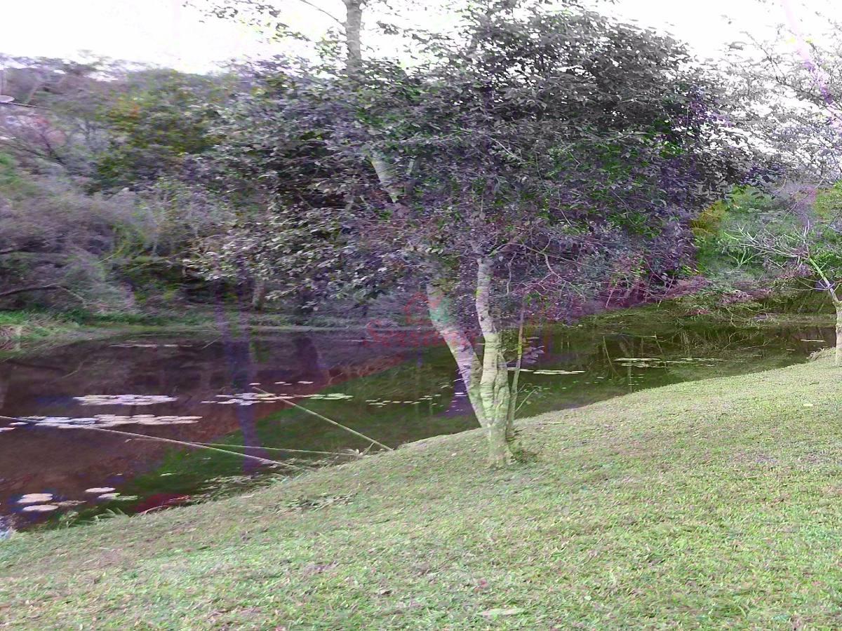 linda chácara com lago grande e espaço para plantação.