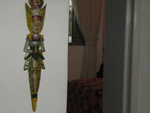 linda escultura de resina toda talhada e pintada.